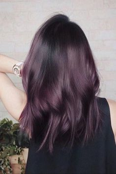 "Proof That ""Eggplant"" Is the Hair Color Trend That Looks Sexy on Everyone Beweis, dass ""Aubergine"" der Haarfarbentrend ist, der auf jedem sexy aussieht Hair Color Purple, Hair Dye Colors, Hair Color Shades, Hair Color For Black Hair, Cool Hair Color, Brown Hair Colors, Subtle Purple Hair, Purple Brown Hair, Plum Hair"