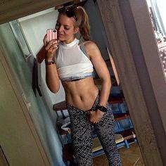 Soo mein stressiger Tag ist jetzt endlich vorbei morgen aber nochmal direkt das ganze von vorne ! Dafür hab ich dann aber Mittwoch und Donnerstag etwas entspanntere Tage  Ich hoffe ihr hattet einen relativ schönen Montag  und genießt jetzt den Abend!  Morgen steht am Vormittag bei mir Rückentraining und seitliche Bauchmuskeln auf dem Plan  Was trainiert ihr morgen?  #fitnessgirl #fitness #training #workout #justdoit #keepgoing #gymwear #gym #gymtime #loveit #workhard #workforit #motivation…