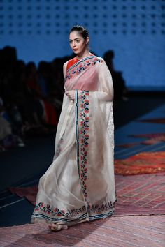 Ikai by Ragini Ahuja at Lotus Make-Up India Fashion Week spring/summer 2020 Seoul Fashion, Ny Fashion Week, Fashion Weeks, India Fashion Men, New York Fashion, Jakarta Fashion Week, Milano Fashion Week, Tokyo Fashion, Lakme Fashion Week