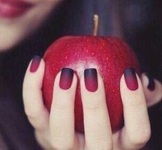 manicure rojo mate puntas negras degradado