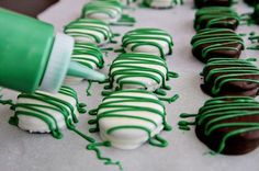 Where to Buy Chocolate covered mint oreos for 2015 st. patrick's Day, 2015 st. patrick's Day Snack Ideas, 2015 st. patrick's Day desserts Oreo Pops, Oreo Truffles, Oreo Cookies, Christmas Treats, Holiday Treats, Diy St Patrick's Day Treats, St Patrick Day Snacks, St Patricks Day Food, Saint Patricks