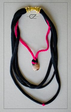 Cadenas y collares - collar tela trapillo negro y lana rosa trenzada - hecho a mano por CeeZed-knitting en DaWanda