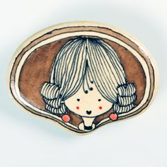 Marquesa 2. Marquise 2. Broche de pasta cerámica con papel, diseñado, dibujado y pintado a mano. Medidas aproximadas: 6,2x4,6cm. Muy resistente a golpes y caídas. Brooch made of ceramic paste with paper, designed, drawn and painted handmade. Approximate size: 2'44x1'81 inches. Very resistent to damage due to bumps and falls