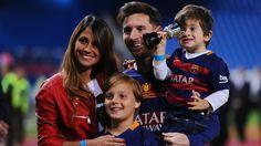 Shakira y Piqué llegaron a Rosario para asistir a la gran boda de Messi