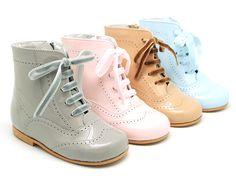 Tienda online de calzado infantil Okaaspain. Diseño y Calidad al mejor precio fabricado en España. Bota tipo pascuala en piel charol y colores dulces. Envíos gratis en 24,48 horas laborables gratis.