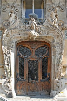 Art Nouveau entrance door and facade of a residential building in Paris by architect Jules Lavirotte considered his master work, built in Belle Epoque, Design Art Nouveau, Art Deco, Art Nouveau Arquitectura, Architecture Art Nouveau, Pop Art, Jugendstil Design, Unusual Buildings, Beautiful Buildings