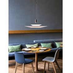 Combo Design is officieel dealer van Vibia ✓ Flamingo hanglamp makkelijk bestellen ✓ Gratis verzending (NL) ✓ Altijd de beste prijs ✓ Flamingo, Staff Lounge, Design Awards, Led Lamp, Light Fixtures, Conference Room, Dining Table, Restaurant, Furniture