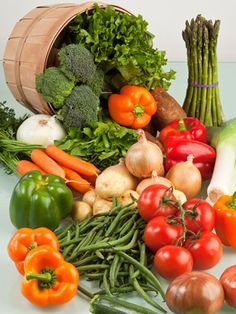 How To Go About Setting Your Daily Nutrition Goals. Nutrition is a complicated subject, but it Fresh Fruits And Vegetables, Healthy Vegetables, Fruit And Veg, Vegetable Shop, Vegetable Basket, Vegetable Pictures, Legume Bio, Real Food Recipes, Healthy Recipes