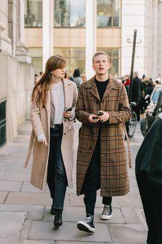 Couples Street Style Looks Street Style 2018, Nyfw Street Style, Street Style Summer, Casual Street Style, Street Style Looks, London Fashion Weeks, Indie Fashion, Mens Fashion, Style Fashion