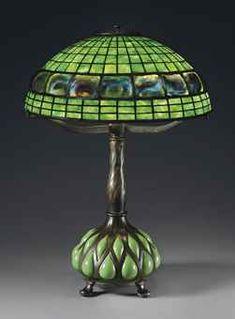 Lampara de mesa de patron geometrico Louis Comfort Tiffany