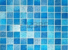 de tegels aan de muur in de badkamer