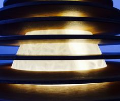Particolare di lampada in alabastro e teak