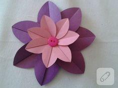 iki renk kartondan basit origami ile kağıt çiçek yapımının fotoğraflı yapım aşamalarına bakarak siz de süslemelerde kullanılmak üzere kendi çiçeklerinizi yapabilirsiniz.