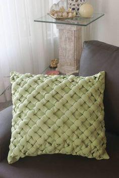 Almofada decorativa em capitonê, ponto bolinha, tecido oxford. Enchimento fibra de silicone. Comercializamos só a capa. Acima de 5 peças, desconto de 20%.