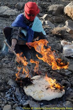 Fabrication traditionnelle du pain, lors de la transhumance des nomades Aït Atta