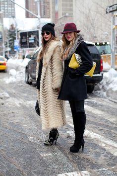Seguro que muchas ya habéis sacado vuestros gorros de lana a la calle y éstos se han convertido en inseparables a juzgar por el frío tan gélido que estamos atravesando. Pero ¿qué estilos son los más trendy del momento para poner la nota chic a nuestros estilismos de invierno? Estas últimas temporadas estamos de suerte porque se llevan […]