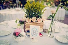 Combine natural materials and add a touch of green to your centerpieces Wedding Reception Centerpieces, Mason Jar Centerpieces, Reception Decorations, Wedding Table, Wedding Ideas, Centerpiece Ideas, Wedding Ceremony, Mason Jars, Carnation Wedding