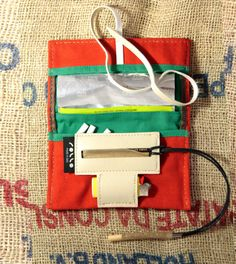Porta tabacco in cotone canvas ed eco pelle cotton di RolloLeather Vintage Soft, Pouch Bag, Leather Design, Leather Pouch, Leather Working, Leather Craft, Lunch Box, Packaging, Couture