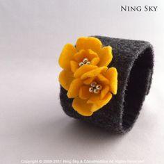 Handmade Felt Bracelet  with apricot yellow flowers door ningsky,