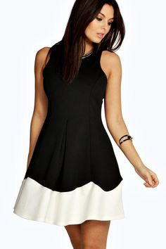 This fit and flare dress with a pleated skirt is ideal for going out or for work.