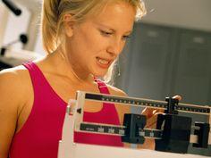 La clave para perder peso es la combinación de una buena dieta y ejercicio, pero recuerda que necesitas hacer un cambio de vida; es decir, fijarte objetivos que verdaderamente te sirvan.  Aquí te dejamos algunos tips para que le des un impulso a tus metas y bajes de peso. 1. Bebe suficiente agua