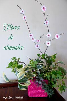 Queremos celebrar la llegada de la Primavera con esta entrada dedicada a la flor del almendro. We want to celebrate the arrival of Spring by making a delicate almond flower.