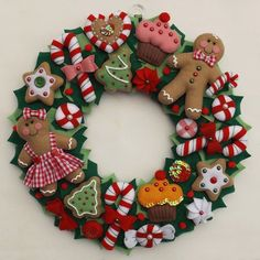 Guirlanda natalina, decorada com símbolo do natal. Gingerbread Christmas Decor, Handmade Christmas Decorations, Felt Decorations, Felt Christmas Ornaments, Christmas Wreaths, Christmas Projects, Felt Crafts, Holiday Crafts, Christmas Makes