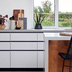 Rene, smukke og vandrette linjer kan jeg slet ikke få nok af 😍 . Det kan interiør fotografen Camille (der bor med dette smukke køkken) heller ikke. . Fronterne er i vores Plus 4 design, og er lavet i sortbejset egetræ. Det sortbejsede egetræ giver de flotte vandrette linjer, mens det hvide fenix laminat gør køkkenet lyst og imødekommende. . En perfekt måde at blande de to på, hvis du spørger mig :). . Hav en dejlig weekend, . Mvh. Jesper. . Køkkenelsker og Grundlægger af Form Plus Køkken. . #hå Bor, Ikea Hacks, Houses, Furniture, Design, Home Decor, Homes, Decoration Home, Room Decor