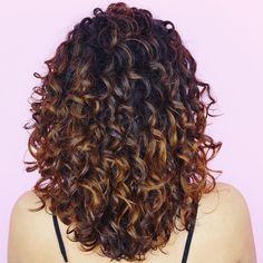 Nunca mostro a parte de trás do cabelo, hj resolvi mostrar e com detalhes haha 😅 __ ▪️Primeira fot