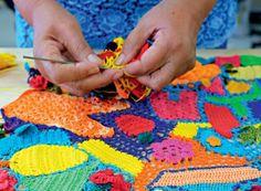 Colcha | Pequenas peças de crochê em forma de frutas e flores ou de balões, barcos e bandeirinhas são costuradas, lado a lado, dando origem à uma peça leve e colorida (Foto: Antonio Ronaldo/Editora Globo)