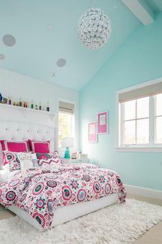 chambre moderne fille ado, grand lit et un mur blanc au sein d'une chambre bleue