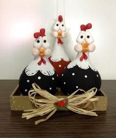 Lindas galinhas de cabaça, decoradas cuidadosamente com biscuit e feitas totalmente à mão, o que garante que seu produto foi criado especialmente para você.    As galinhas decoradas servem como enfeite para alegrar o ambiente, e estão apoiadas em uma base de MDF, decorado com a cor marrom e chapi...