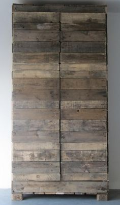 ⭐I could see this against a white wall with a persian carpet! Looks like it started off as a wooden pallet and grew from there.