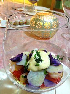 Receta de la ensaladilla de patata violeta con alioli de lima, sencilla y muy refrescante. Puedes ver esta y otras recetas en nuestro blog de gastronomía koketo.es, también puedes seguirnos a través de twitter @chefkoketo o @Jorge Hdez Alonso.