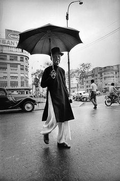History Series: Fashionista in In the past, Ao Dai was used as a daily d. by Simple Person Vietnam Map, South Vietnam, Beautiful Vietnam, French Photographers, Photo Archive, Old Pictures, Hanging Out, Night Life, The Past