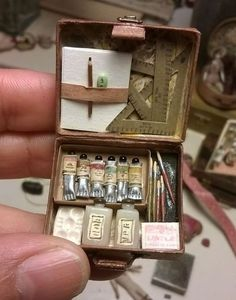 This is sooo cute -- it's a mini art box for a doll's house. Miniature Crafts, Miniature Dolls, Miniature Houses, Miniature Tutorials, Diy And Crafts, Arts And Crafts, Mini Craft, Tiny World, Miniature Furniture