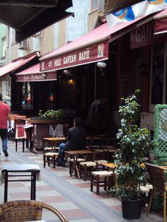 Callecitas de los barrios viejos de Estambul, Turquía.