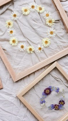 Pressed Flowers Frame, Dried And Pressed Flowers, Pressed Flower Art, Flower Frame, Diy Resin Crafts, Diy Home Crafts, Flower Crafts, Diy Flowers, Diy Wall Art