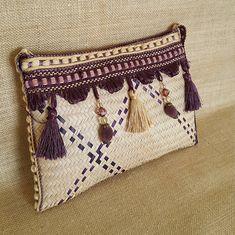 Una bolsa de mano elegante tejido en color paja natural adornado con una franja de la borla de oro y púrpura hermosa Se cierra con una cremallera un viene con un interior bolsa para dividir espacios. Un complemento perfecto para un traje de noche Tamaño H - 18 cm L - 26 cm