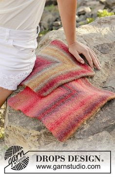 Felted seating pad, worked as domino square in DROPS Big Delight. DROPS Design: Pattern no Knitting Squares, Dishcloth Knitting Patterns, Knit Patterns, Free Knitting, Drops Design, Mitered Square, Magazine Drops, Drops Patterns, Aran Weight Yarn