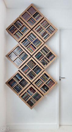 TODAS AS MÍDIAS CABEM AQUI. Do outro lado do cômodo, DVDs e Blu-rays se abrigam em módulos do painel da televisão – os menores medem 40 x 20 x 30 cm e o superior, 1,50 x 0,20 x 0,30 m. Vinis também têm seu lugar: dois vãos de 25 x 39 x 40 cm na base do rack (R$ 2 450 o conjunto). Projeto de Adriana Victorelli, do Neo Arq.
