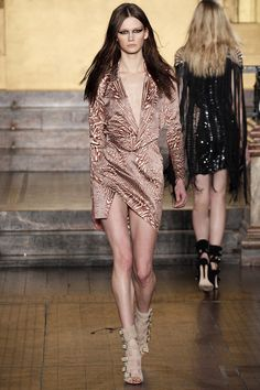 See the complete Julien Macdonald Fall 2016 Ready-to-Wear collection.