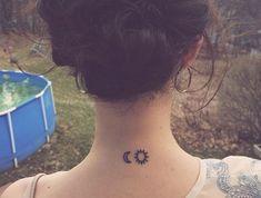 model tattoo femme tatouage fin et discret lune soleil dans le cou