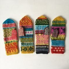 Crochet Patterns Mittens To avoid sticking two like . Knitted Mittens Pattern, Knit Mittens, Knitted Gloves, Knitting Socks, Hand Knitting, Knitting Designs, Knitting Projects, Knitting Patterns, Crochet Patterns