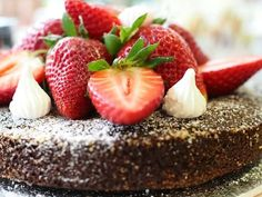 Mudcake with Strawberries Delicious Cake Recipes, Yummy Cakes, Cake Fillings, Easy Baking Recipes, Frosting Recipes, No Bake Cake, Eat Cake, Cake Decorating, Food And Drink