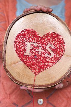 """Inititalen auf Holz mit Nägeln und Faden - """"Fee ist mein Name"""" // String art - heart on wood"""