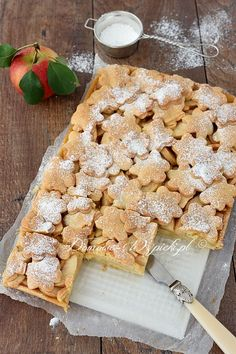 apfelkuchen Recipe for apple pie made from raw apples. Juicy apples on a crispy shortcrust pastry and decorated with cut out shapes. The apple pie contains little sugar. Apple Pie Recipes, Cake Recipes, Shortcrust Pastry, Something Sweet, Cakes And More, Food And Drink, Bread, Snacks, Baking