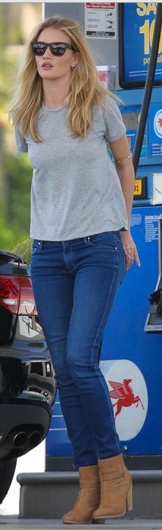 Rosie Huntington Whiteley in grey T-shirt, skinny jeans and tan ankle boots - Outfit ideas and street style inspiration - Rosie Huntington Whiteley, How To Wear Ankle Boots, Tan Ankle Boots, Ankle Bootie, Chic Outfits, Fall Outfits, Boot Outfits, Outfit Jeans, Fashion Outfits