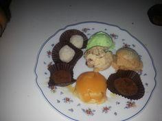 Un poco de todo..helado lima..de vainilla y avellanas caramelizadas..de avellanas..trufas...y flan de mascarpone casero