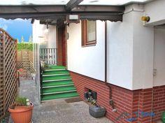Über eine kleine Treppe wird die Immobilie betreten.